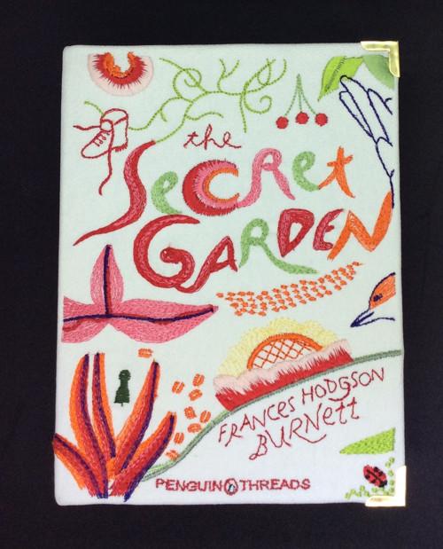 Kabelka ve formě knihy The Secret Garden