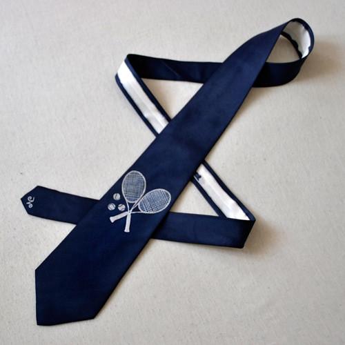 Hedvábná kravata s tenisovým motivem - tm. modrá