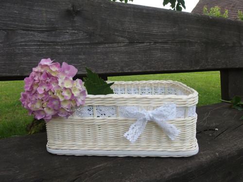 Bílé krabice s paličkovanou krajkou