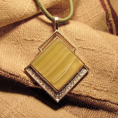 Náhrdelník Achát v bílém kovu