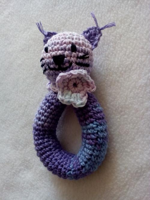 Háčkované chrastítko kočička