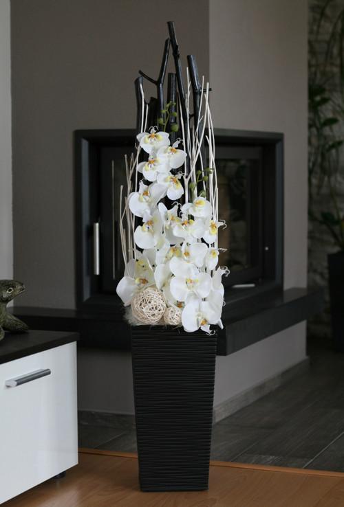 Luxusní dekorace s orchidejemi v černobílé