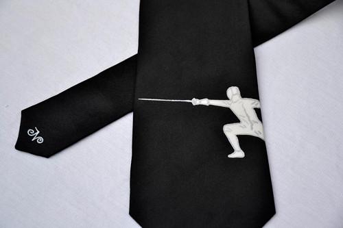 Černá kravata s šermířem