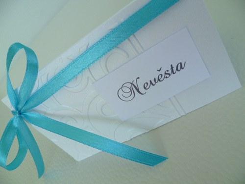 bíloperleťová jmenovka na svatební stůl