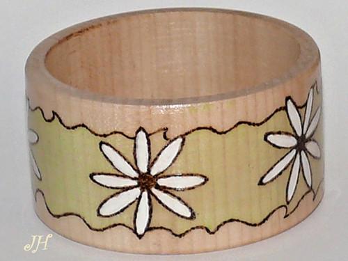 Dřevěný náramek kopretiny