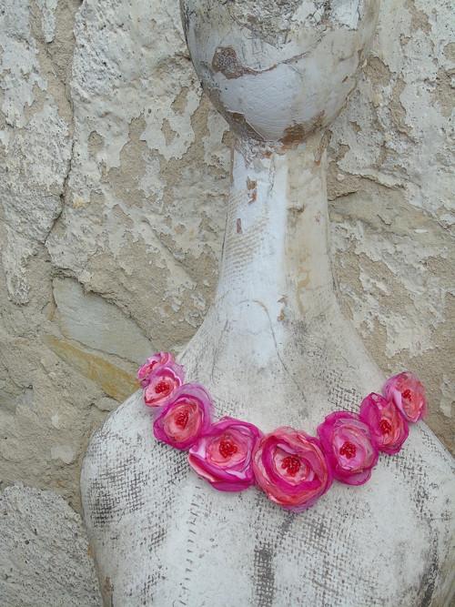 Šperky z šitých textilních květů