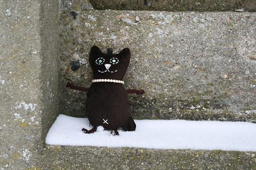 Přívěsek kočička čokoládová s perlami