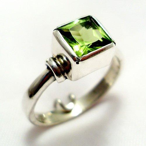 Prsten «Čtverec» - stříbro 925, přírodní olivín