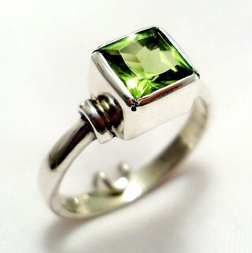 Prsten «Čtverec» - stříbro 925/1000, olivín