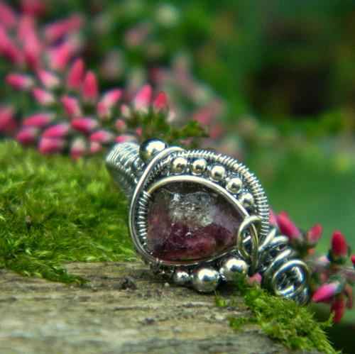 Temný turmalínový prsten