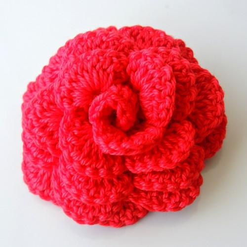 Háčkovaná brož - růže červená