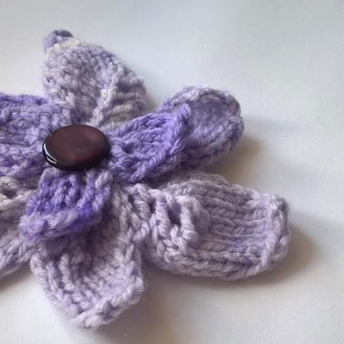 Fialová květina - brož