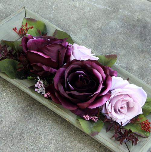 Vínové růže na dřevěném tácu