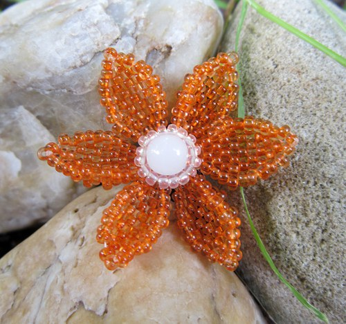 Oranžová květina - brožka