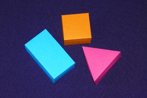 tři krabičky - trojúhleník, čtverec, obdélník