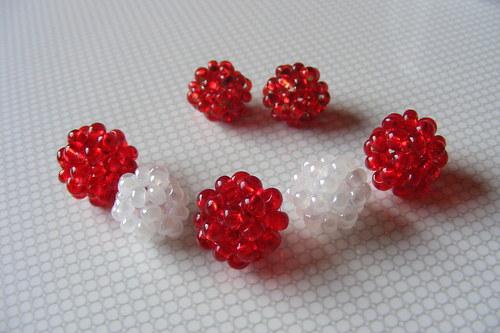 Šité kuličky - mix červené a bílé