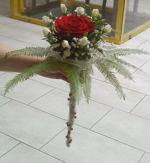 Svatební kytice - růže v kapradí