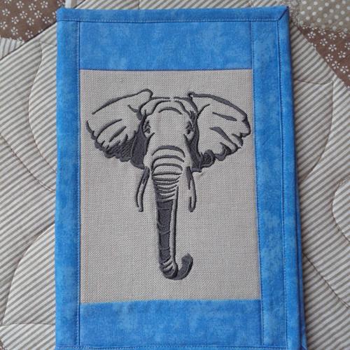Obal na knihu s výšivkou slona