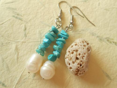 Náušnice říční perla a zlomky tyrkenitu.