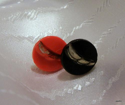 Červeno-černé knoflíkové