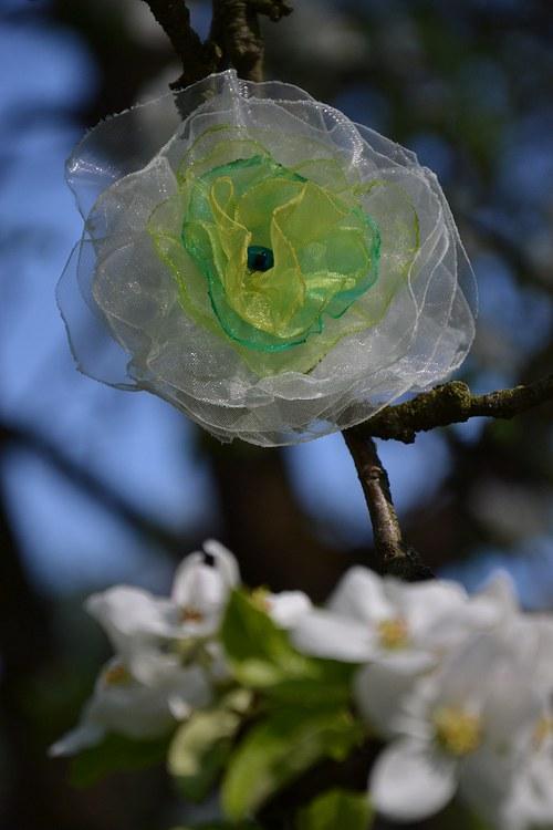 Bílá s třešňovými květy