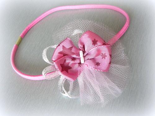 Růžová čelenka.