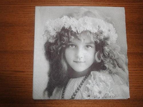 Ubrousek na decoupage - dívka s věnečkem