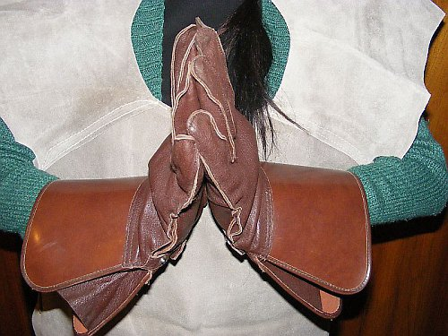 Kožené rukavice pro šermíře.