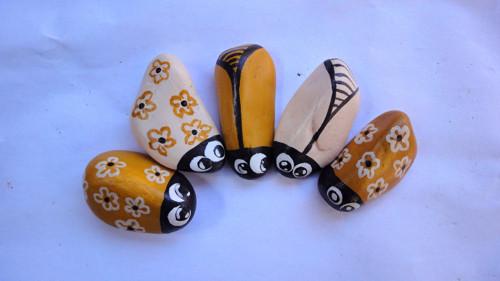 Malované kamínky - Brouci v okru a tělové
