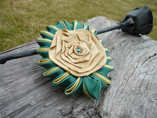 Dámská Kanzashi brož zeleno-zlatá