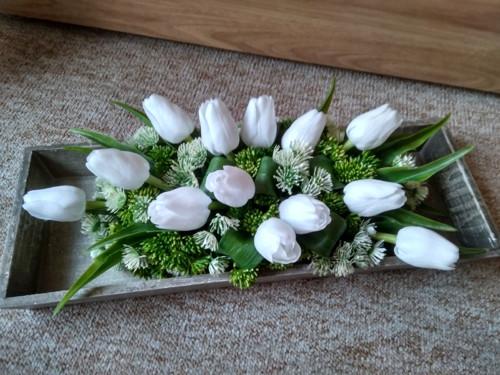 Bílé tulipánky na dřevěném tácu
