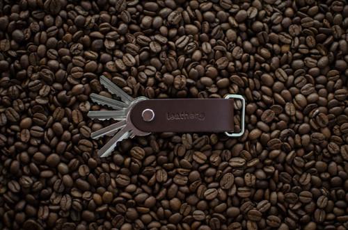 Luxusní kožená klíčenka Alfa & Omega COFFEE