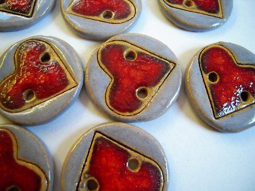 Knoflíky s červeným srdcem