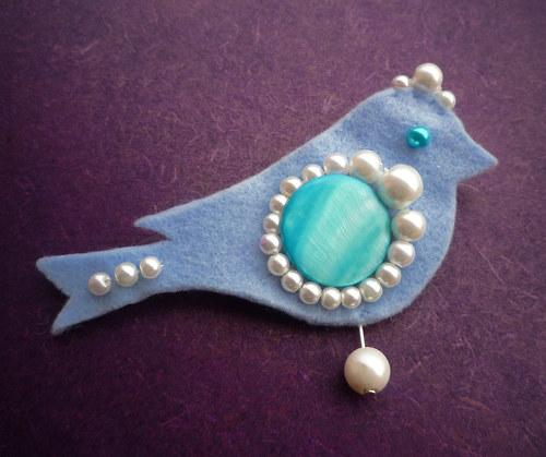 Bledě modrý ptáček s perličkami