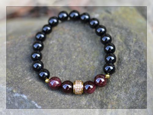 Náramek z kamenů - granát, onyx, zirkony