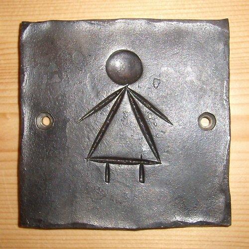 kovaná cedulka WC holky