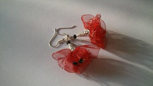 červené květy střapačky
