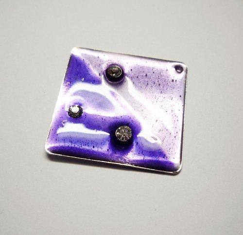 Smaltovaný přívěšek fialový s kamínky