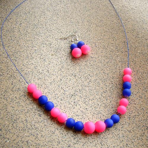 náušnice a náhrdelník neonový