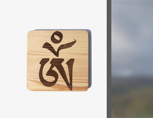 Tibetské OM gravírované na dřevo