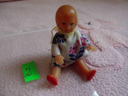 2. Retro panenka v org. šatičkách