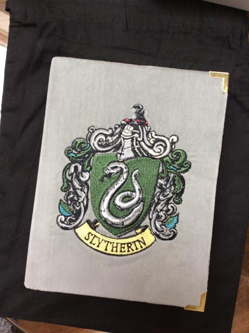 Kabelka ve formě knihy Slytherin