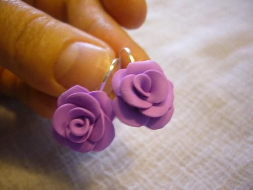 Náušnice-sv.fialové růžičky na uzavíratelném háčku