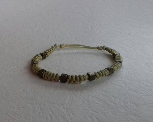 Uzlovaný náramek s kovovými korálky