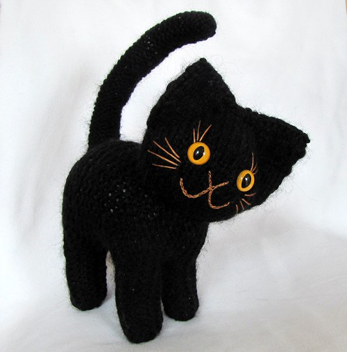 Větší černý kocourek