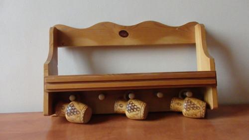 Stará dřevěná polička na hrníčky