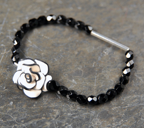 Náramek bílo černá růže na gumičce  B0045B