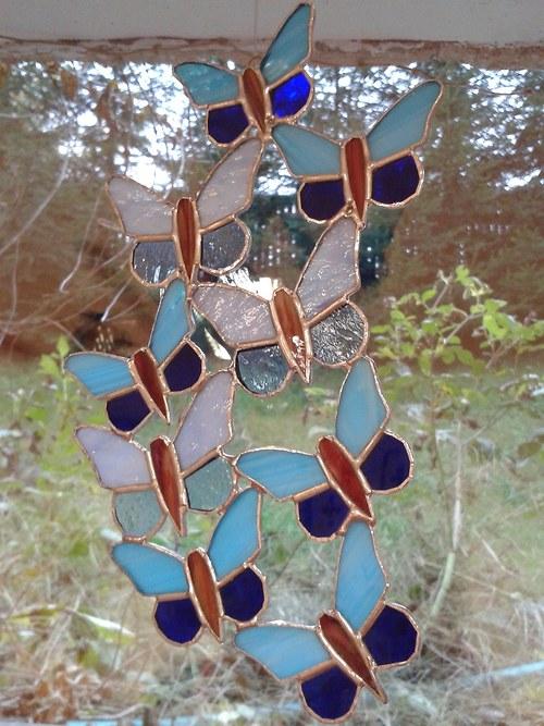 Hejno motýlků modré