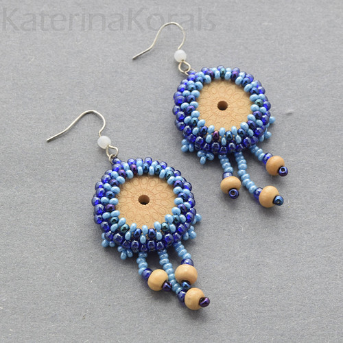 Náušnice korálkové modré, dřevěný střed