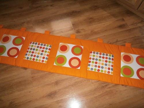 Kapsář - obrazce na oranžovém plátně